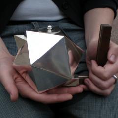 Icosahedron, chokladkanna av silver med handtag av silver och valnöt. -Lena Åberg
