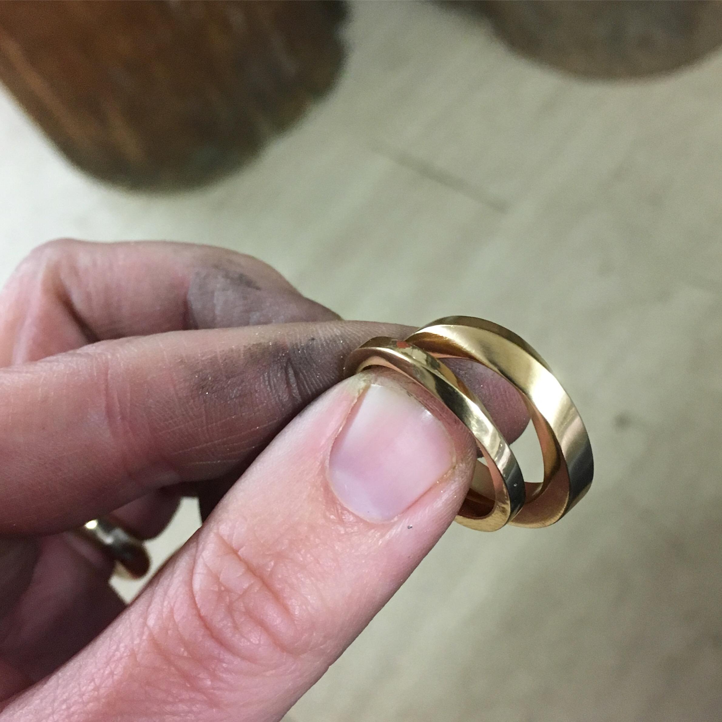 Vridna ringar i 18k rött guld i olika tjocklekar.