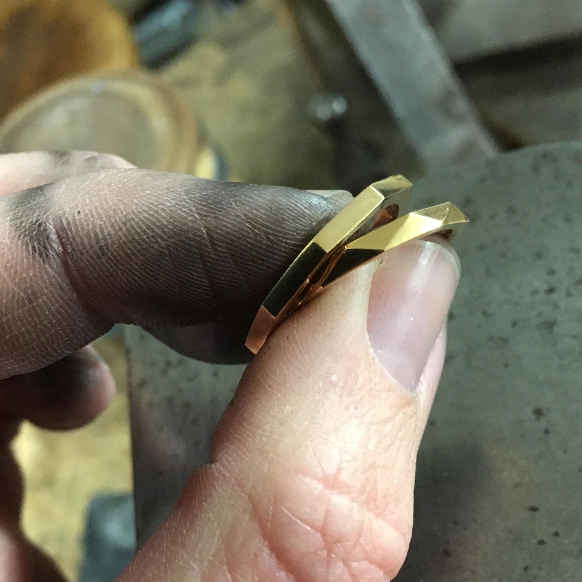 Ringar med fasetter i 18k rött guld.
