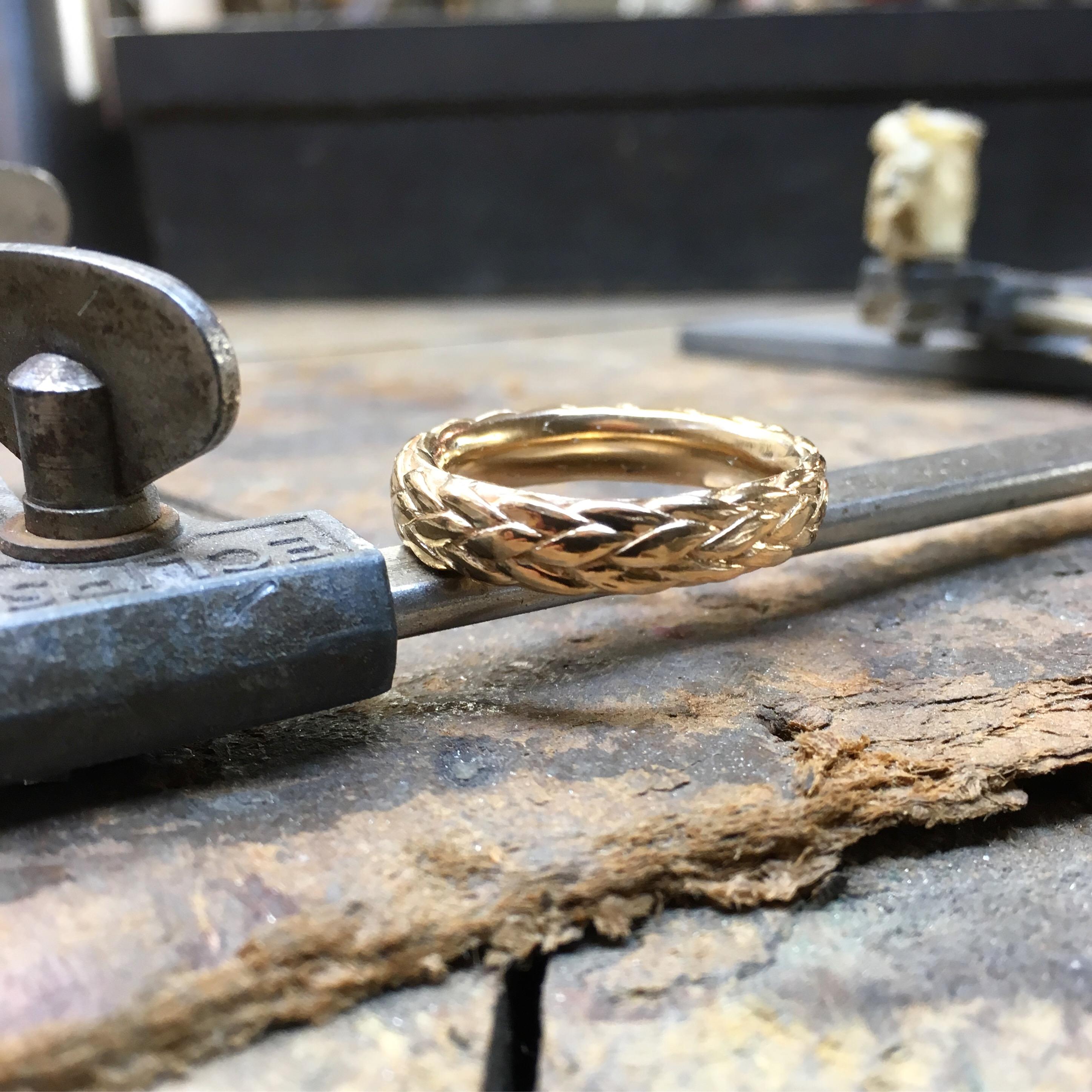 Flätad ring i 18k rött guld.