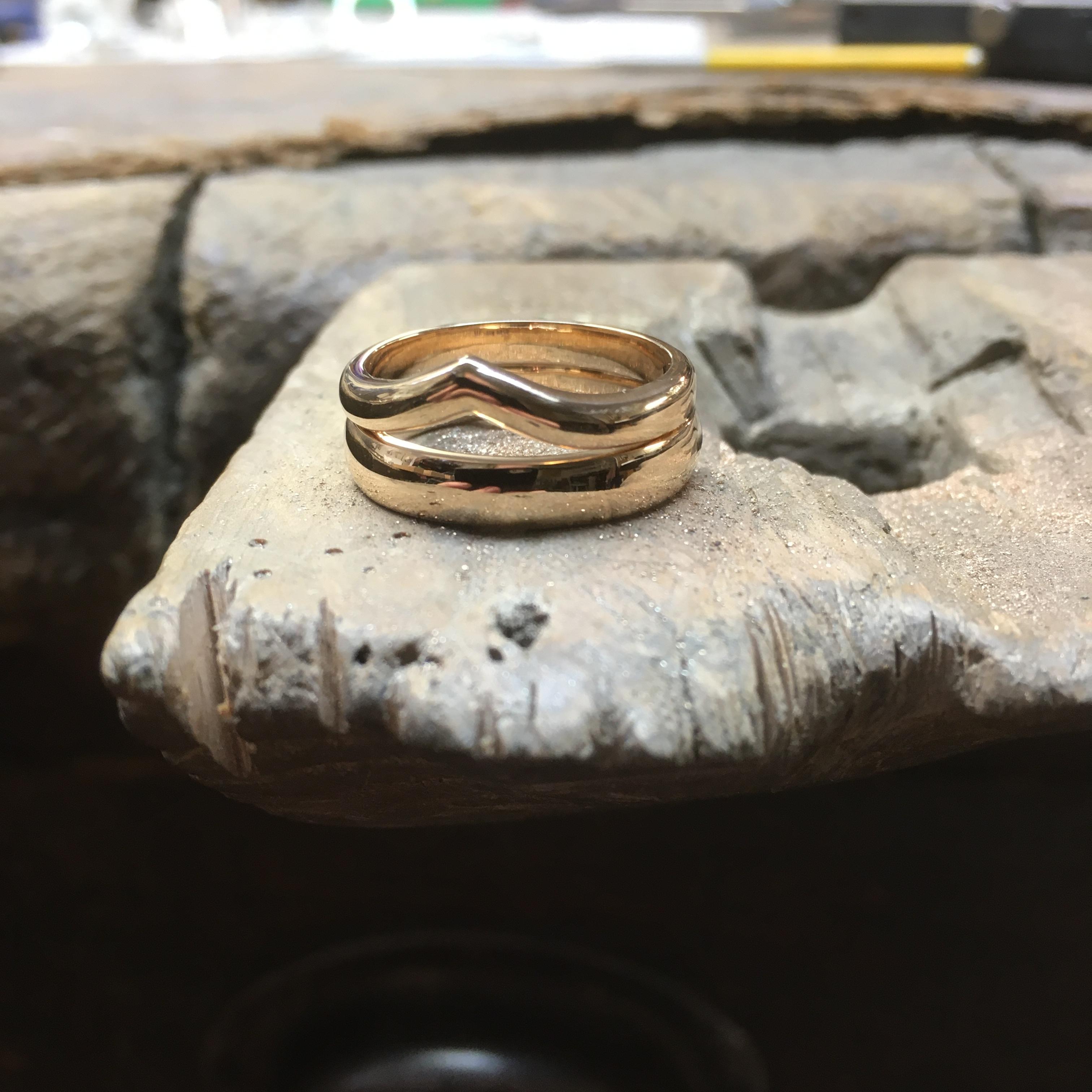 Förlovnings- och vigselringar i 18k rött guld.