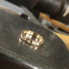 Vigselring i 18k rött guld med diamanter.