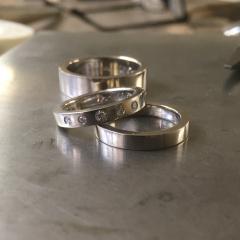 Förlovnings- och vigselringar i 18k vitt guld med diamanter.
