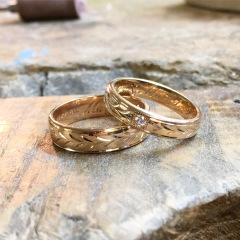 Ringar i rött guld med diamant och handgraverad dekor.