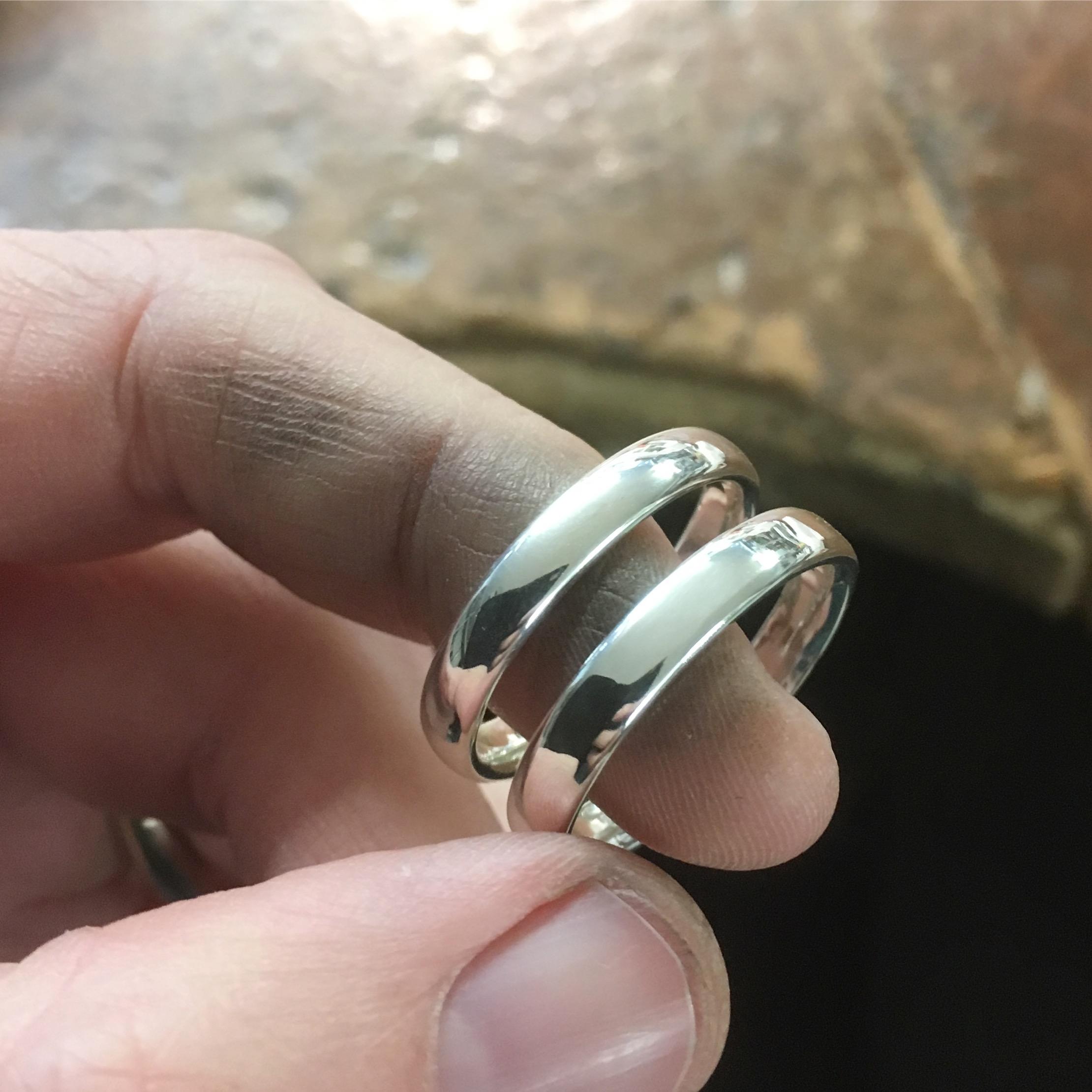 Förlovningsringar i silver.